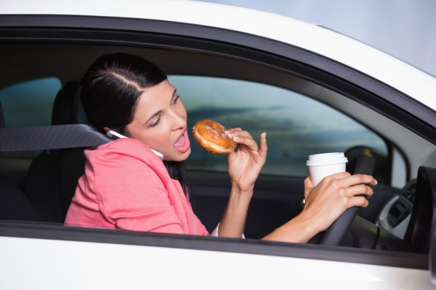 manger-voiture-tournée-infirmière-libérale-pause-déjeuner
