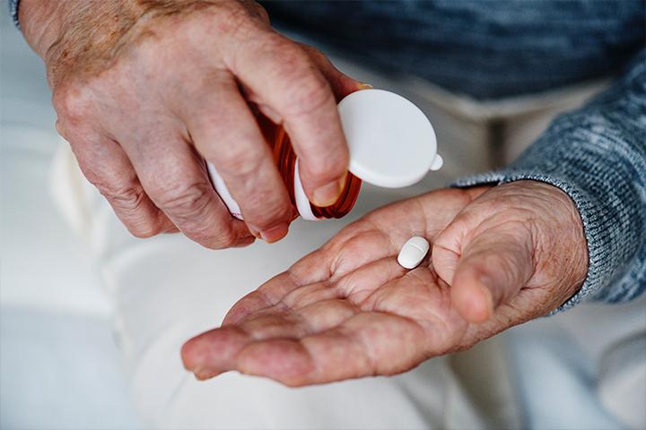 l'accompagnement à la prise de médicaments et surveillance thérapeutique