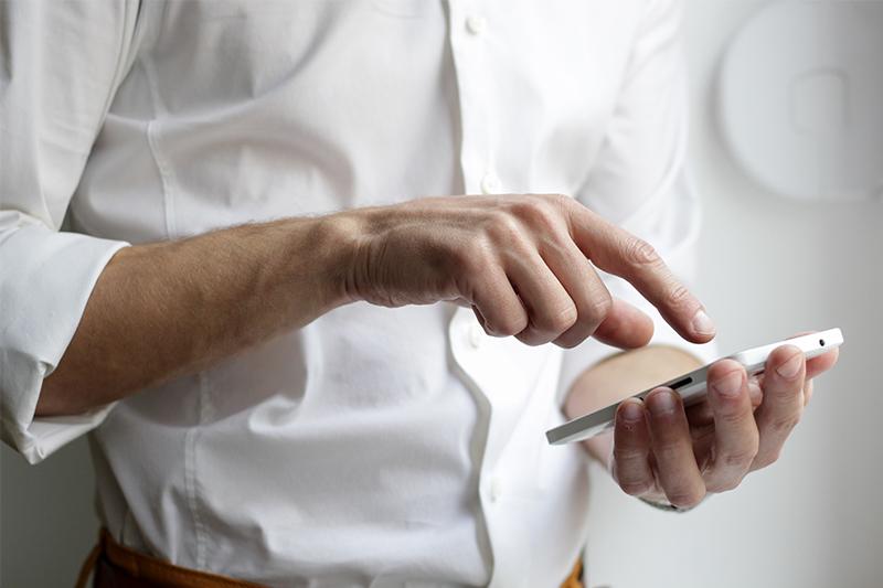 homme infirmier en téléconsultation sur son smartphone